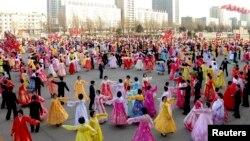 Severnokorejci plešu u Pjongjangu