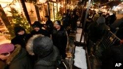 Ljudi u Chicagu čekaju da se otvore prodavnice marihuane (Foto: AP/Paul Beaty)