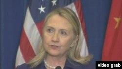 Menlu AS Hillary Clinton mendesak pemimpin Korut, Kim Jong Un untuk berubah demi rakyat Korea Utara.