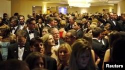 Les invités attendant de le hall avant d'entrée dans la salle de réception lors du dîner des correspondants à la Maison-Blanche, le 25 avril 2015.