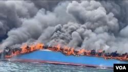 KM Bukit Sumber Poleang Terbakar. (Foto: Yoanes LItha)