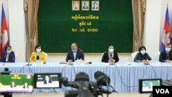 Officials from the Cambodian Ministry of Health and country representatives from the World Health Organization (WHO) held a joint press conference on the COVID-19 pandemic in Phnom Penh, Cambodia, April 20, 2020. (Kan Vicheika/VOA Khmer)