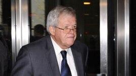 Cựu Chủ tịch Hạ viện Mỹ Dennis Hastert rời khỏi tòa án liên bang ngày 28 tháng 10 năm 2015 tại Chicago, Illinois.