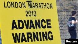 伦敦市中心马拉松终点处的封路告示