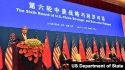 克里国务卿在第六轮美中战略与经济对话开幕式上讲话,旁边为美国财政部长和中国官员(照片来源:美国国务院)