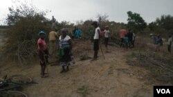Abantu besigaba senduna uNtabeni bazama ukuvuselela idamu. (Photo: Mlondolozi Ndlovu)