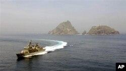 지난 2008년 7월 독도 인근 해상에서 독도방어훈련을 실시하는 한국 해군함정. (자료사진)