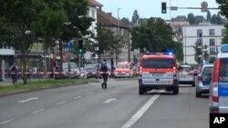 Las autoridades alemanas reportaron dos ataques: uno en Reutlingen donde un hombre sirio mató con un machete a una mujer, y el otro en Ansback, donde otro sirio se hizo estallar cerca de un concierto al aire libre.
