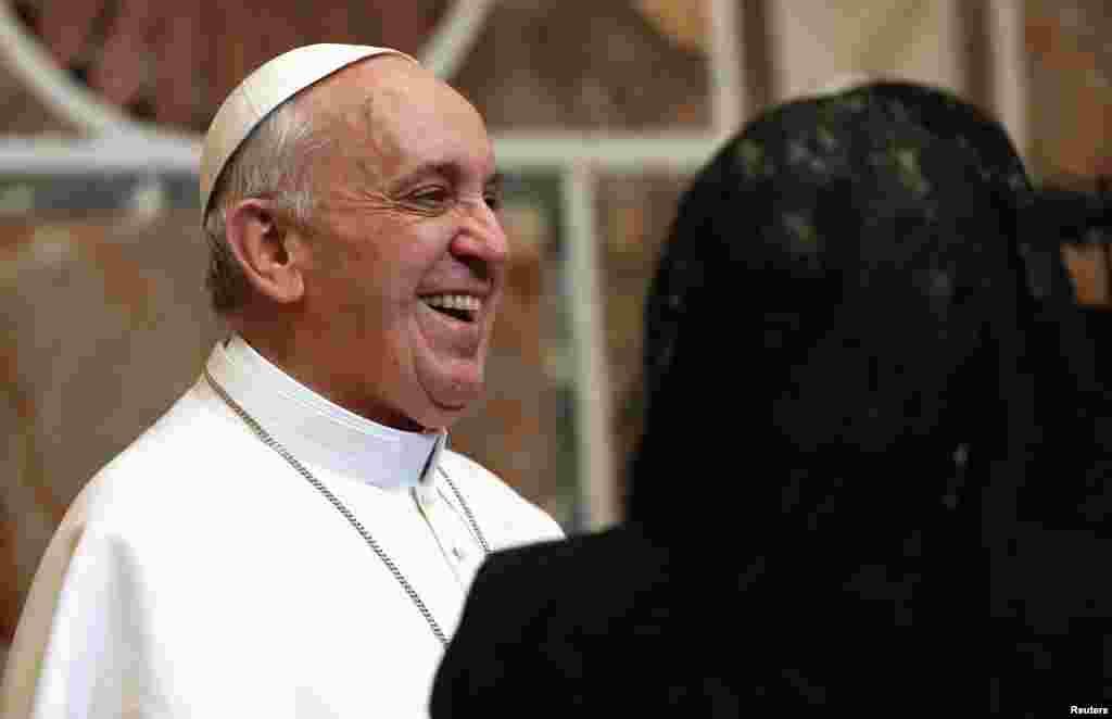 教宗方济在梵蒂冈微笑着接见外交使团。他敦促西方加强和穆斯林的对话,并呼吁国际社会做出更多努力来减少贫困并保护环境。