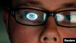 Seorang analis keamanan dunia maya di Departemen Keamanan Dalam Negeri AS. (Foto: Dok)