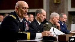 El general Raymond Odierno, jefe del ejército (izq.), y otros altos mandos militares de EE.UU. testificaron ante el Senado.