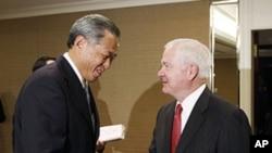 美国国防部长盖茨在新加坡会见新加坡国防部长黄永宏