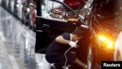 중국 '베이징 벤츠' 공장 근로자가 메르세데스 벤츠 차량 조립라인에서 근무하고 있다. (자료사진)