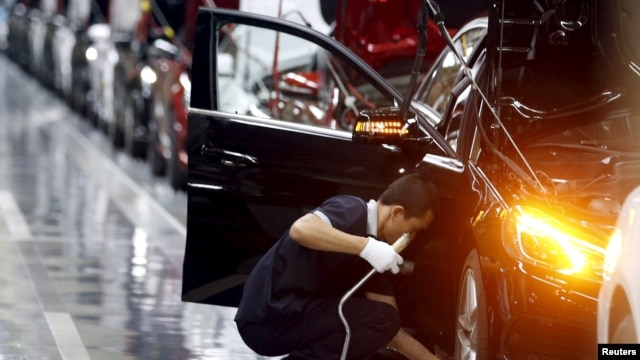 Nhân viên làm việc trong một dây chuyền lắp ráp xe hơi Mercedes-Benz tại một nhà máy ở Bắc Kinh, ngày 31 Tháng 8, 2015.