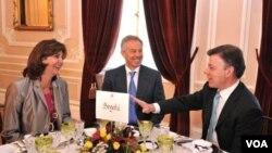 La canciller María Ángela Olguin compartió la mesa Bogotá con Tony Blair y el presidente Santos.