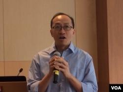 港大新闻及传媒中心副教授傅景华 (美国之音记者 申华拍摄)