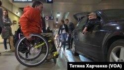 Сашко забирає Дмитра з аеропорту