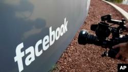 Seorang awak kamera televisi mengambil gambar logo Facebook di kantor pusat Facebook di Menlo Park, California, 18 Mei 2012.