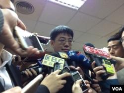 陆委会副主委邱垂正2017年5月17日在立法院接受媒体采访 (美国之音记者申华 拍摄)