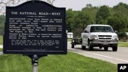 Sebuah tanda bersejarah sepanjang National Road, dekat Knights, negara bagian Indiana, menceritakan tentang sejarah kota sepanjang jalan tersebut