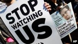Warga AS melakukan unjuk rasa di luar gedung Kongres menentang program pengintaian oleh NSA (26/10).