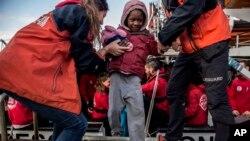 Arhiv - Djetetu migrantu pomažu članovi nevladine organizacije, Španija, 28. decembar 2018.
