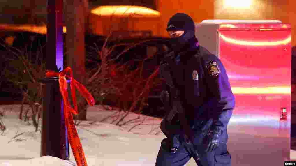 Un policier patrouille autour de la mosquée à Québec, le 29 janvier 2017.