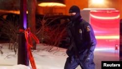 Un policier patrouille dans le périmètre du mosquée à Québec, le 29 janvier 2017.