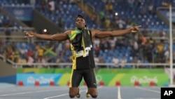2016年8月19日牙买加短跑明星博尔特庆祝与队友赢得里约奥运会上男子4x100米接力赛跑的冠军。