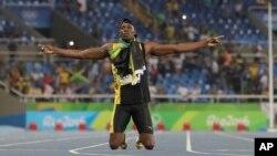 Usain Bolt de la Jamaïque célèbre sa victoire à la finale du relais 4x100 mètres masculin lors des compétitions d'athlétisme des Jeux Olympiques d'été de 2016 au stade olympique de Rio de Janeiro, au Brésil, 19 août 2016.