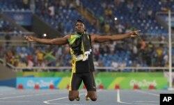 ທ້າວ Usain Bolt ຈາກ Jamaica ສະຫລອງໄຊຊະນະການແລ່ນປ່ຽນໄມ້ 400 ແມັດແລ່ນຕໍ່ກັນສີ່ຄົນ