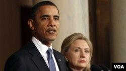 Prezidan ameriken an Barack Obama ak SekretèDeta Ameriken an Hillary Clinton nan yon konferans pou laprès sou sitiyasyon an nan Libi