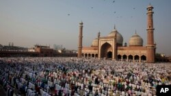 Hindistonda 180 million musulmon yashaydi. Dehlidagi jome masjidi oldida hayit namozi.