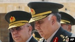 신임 군참모총장에 임명된 네크뎃 오젤(우) 장군