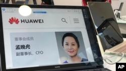在華為位於北京的一家門店,華為電腦上顯示了該公司首席財務官孟晚舟的個人簡介(2018年12月6日)。華為高管被捕發生在美中貿易談判的關鍵時期,可能會加大兩國談判的難度。