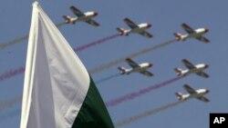 巴基斯坦共和國日上巴基斯坦空軍飛過巴基斯坦國旗