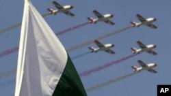 巴基斯坦共和国日上巴基斯坦空军飞过巴基斯坦国旗。