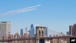"""2020年4月28日海軍的""""藍天使""""和空軍的""""雷鳥""""特技飛行經過紐約和新澤西。"""