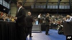 Presiden Barack Obama dikelilingi pengawalnya dalam kunjungan ke Universitas Noeth Carolina di Chapel Hill (24/4). Pemerintah AS memperketat aturan bagi para anggota pengawal presiden menyusul skandal Kolombia yang memalukan Gedung Putih.