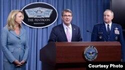 國防部長卡特(中)宣佈新型轟炸機合同( U.S. Air Force photo/Scott M. Ash )