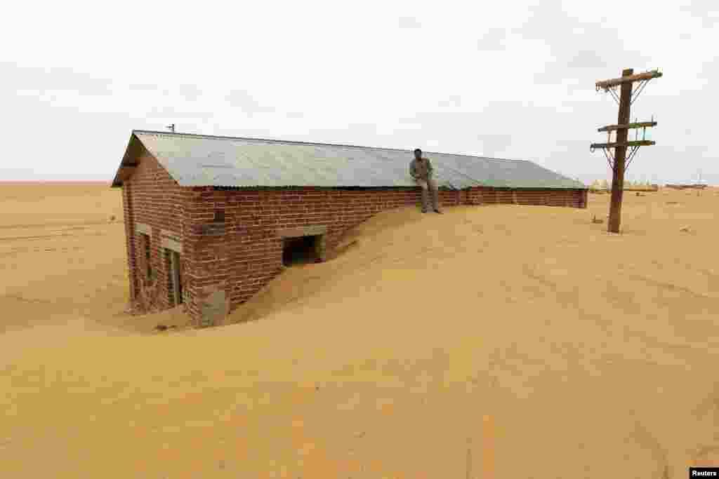 수단 사막 지역에서 모래에 묻혀버린 집.
