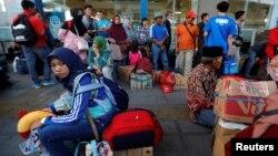 Warga yang bersiap-siap mudik ke kampung halaman di Terminal Pulo Gebang, Jakarta Mei tahun 2019 lalu (foto: ilustrasi).