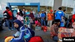 Warga yang bersiap-siap mudik ke kampung halaman di Terminal Pulo Gebang, Jakarta Mei tahun 2019 lalu (foto dok.).