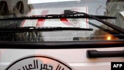 Bekas tembakan peluru di mobil milik organisasi bantuan Syrian Red Crescent (Bulan Sabit Merah) di Homs (8/2).