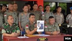 Kapolda Sulawesi Tengah Brigjen Rudi Sufahriadi memperlihatkan foto Jumiatun Muslim (istri Santoso) dalam konferensi pers di Mapolres Poso, Sabtu 23 Juli 2016 (VOA/Yoanes).