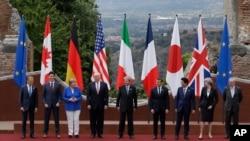 មេដឹកនាំនៃប្រទេស G7 ឈរថតរូបជាក្រុមក្នុងកិច្ចប្រជុំកំពូល G7 នៅក្នុងក្រុង Taormina ប្រទេសអ៊ីតាលី កាលពីថ្ងៃទី២៦ ខែឧសភា ឆ្នាំ២០១៧។