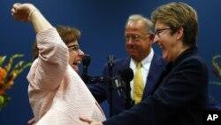 Beth Asaro, izquierda, y Joanne Schailey conforman la primera pareja homosexual que se casó oficialmente en Lambertville, Nueva Jersey.