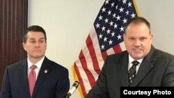 Trent Shores, fiscal de distrito del Norte de Oklahoma y James M. Wright de la oficina de investigaciones de seguridad nacional en Dallas, informan sobre los cargos a pandilleros de una banda de supremacistas blancos en prisiones de EE.UU.