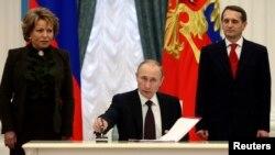 Vladimir Putin, Duma Başkanı Sergey Narişkin ve Federasyon Konseyi Başkanı Valentina Matviyenko ile birlikte Kırım'ı Rusya'ya dahil eden anlaşmayı imzalarken