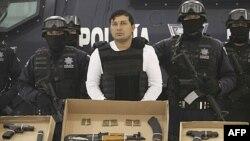Jesus Enrique Aguilar alias 'El Mamito' (giữa), một trong những thủ lãnh thành lập băng đảng ma túy Zetas, bị bắt và được đưa ra trình diện trước giới báo chí ở Mecico City